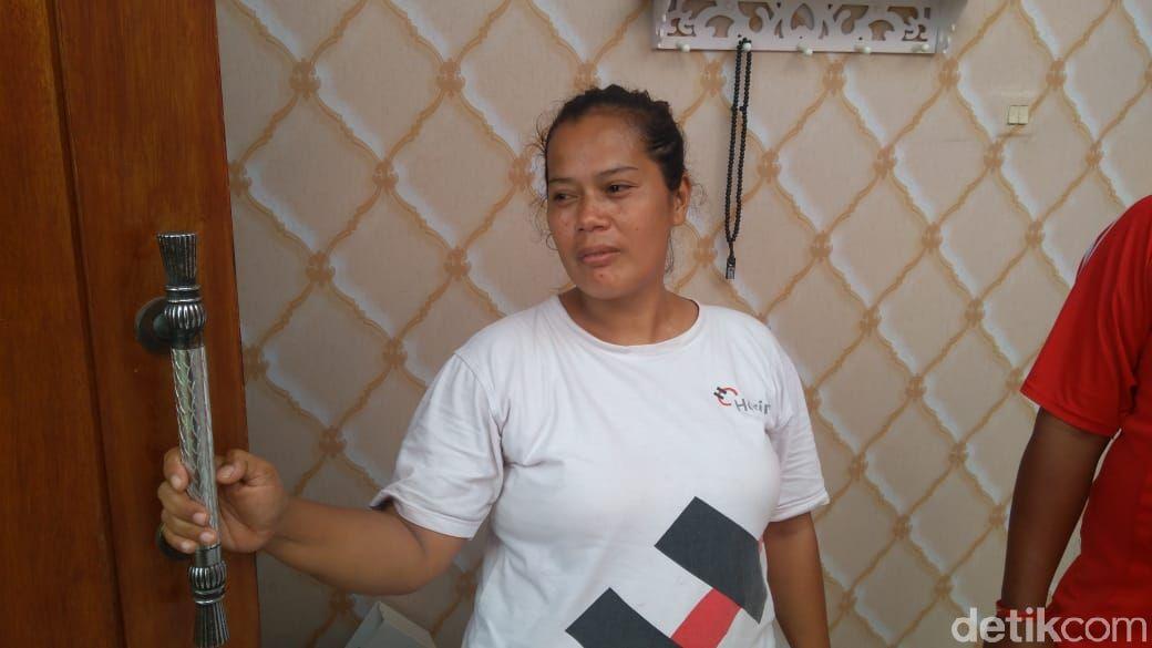 Nurhayati, warga Bekasi yang rumahnya diamuk puting beliung pada Jumat (23/10). (Adhyasta Dirgantara/detikcom)