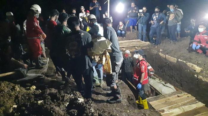Pemakaman sekeluarga tewas dalam kebakaran di Tangerang dimakamkan di Gunungkidul, Jumat (23/10/2020) malam.