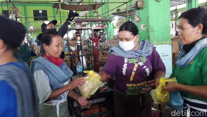Pembagian makan siang gratis untuk buruh gendong di Pasar Yogya, Jumat (23/10/2020)