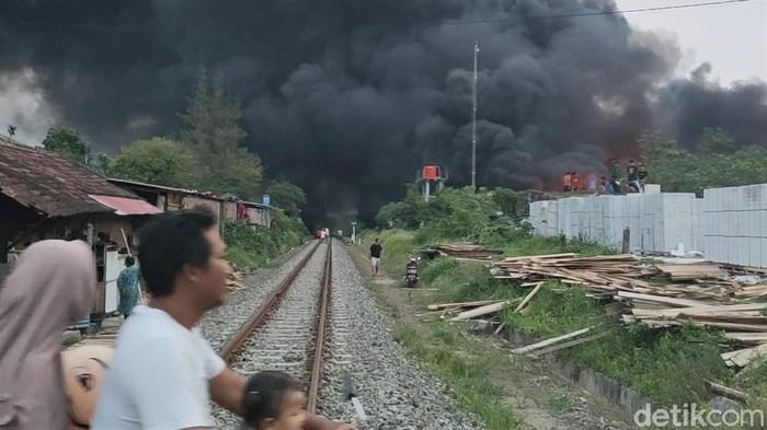 Kebakaran melanda sebuah pabrik produsen foam (busa) di Sragen. Asap hitam pekat tampak membubung tinggi.