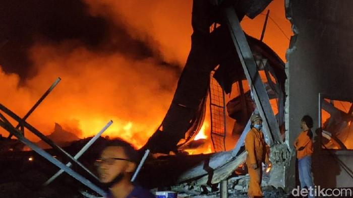 Penampakan kebakaran yang melanda pabrik busa di Sragen. Foto diambil Sabtu (24/10/2020) pukul 20.00 WIB.