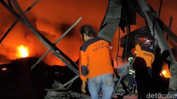 Petugas damkar terus berupaya memadamkan api yang melalap gudang pabrik busa di Sragen, Jawa Tengah. Berikut penampakannya.
