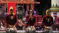 Tampak kelompok karawitan Mabes TNI tampil saat acara puncak Festival Karawitan Mabes TNI 2020 di Pagelaran Keraton Yogyakarta, Yogyakarta.