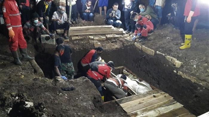 Satu keluarga yang menjadi korban tewas kebakaran di Legok, Tangerang, dimakamkan. Sekeluarga itu dimakamkan di satu liang lahat di Gunungkidul tadi malam.