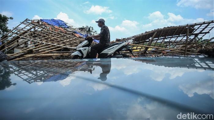 BPBD Kota Bekasi menyatakan 109 unit rumah warga rusak usai angin puting beliung menghantam kawasan Bekasi. BPBD pun masih terus mendata kerusakan tersebut.