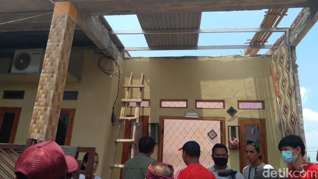 Rumah di Kaliabang Tengah, Bekasi, Jawa Barat, rusak kena puting beliung. (Adhyasta Dirgantara/detikcom)