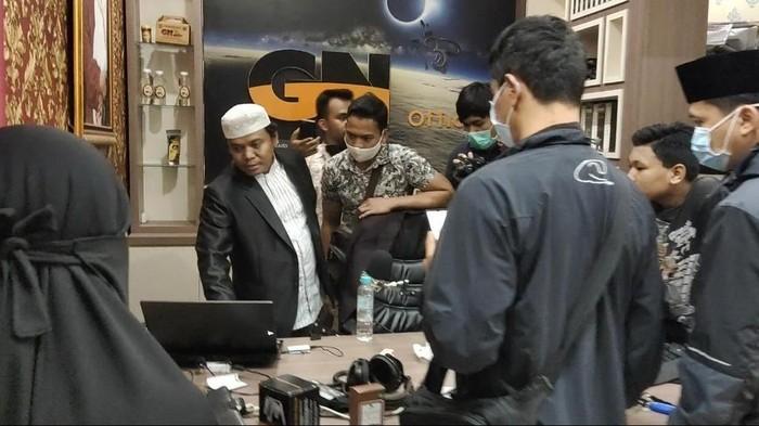 Suasana penangkapan Gus Nur di Malang, Jawa Timur pada Sabtu, 34 Oktober 2020 dini hari
