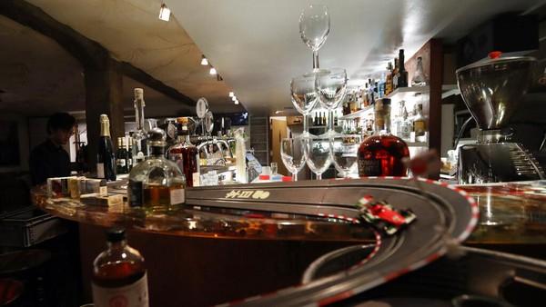 Sebagai bagian dari pembatasan, makanan dan minuman di cafe, restoran, bar hanya boleh untuk dibawa pulang.