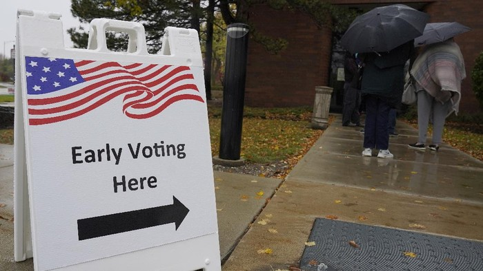 People wait in line during early voting at Elk Grove Village Hall in Elk Grove Village, Ill., Friday, Oct. 23, 2020. (AP Photo/Nam Y. Huh)