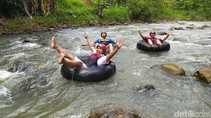Wisata Sedekan River Tubing Sungai Cileueur, di Desa Mekarjadi, Kecamatan Sadananya.