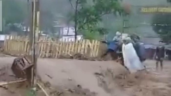 Banjir bandang terjang wilayah Kabupaten Bandung.