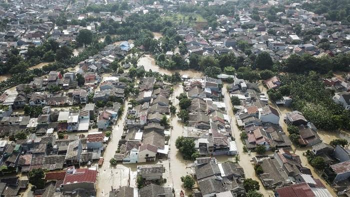 Foto udara banjir yang merendam perumahan Villa Jatirasa, Bekasi, Jawa Barat, Minggu (25/10/2020). Banjir akibat luapan kali Cikeas dengan ketinggian 60 cm - 2 meter memasuki pemukiman warga pada (24/10) pukul 23.00 WIB. ANTARA FOTO/ Fakhri Hermansyah/foc.