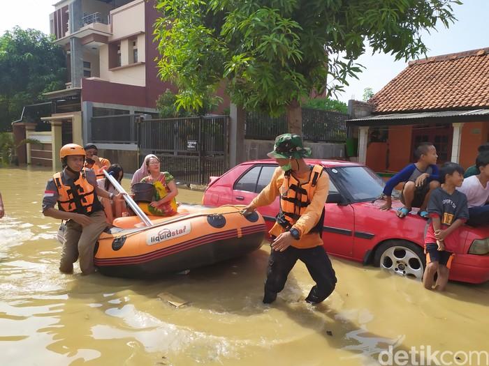 Banjir di Villa Jatirasa Bekasi, Minggu (25/10/2020) pukul 09.00 (Arun/detikcom)