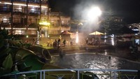 Suasana yang tenang dan suara gemericik air di malam hari memiliki daya tarik tersendiri. Apalagi setelah melakukan aktivitas padat di siang hari lalu berendam air panas, rasa lelah akan hilang.