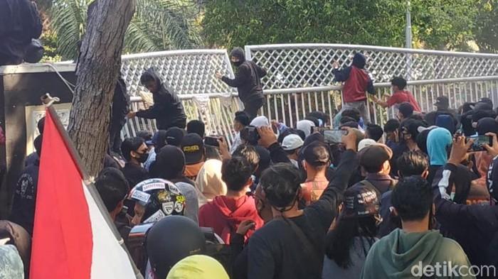 Satu dari 12 pedemo yang sempat diamankan dalam kericuhan demo Omnibus Law di Banyuwangi, ditetapkan sebagai pelaku anak. Polisi tidak melakukan penahanan terhadap pelajar tersebut.