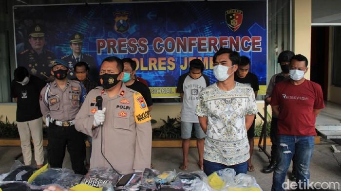 Polisi mengamankan 5 perusuh dalam demo menolak Omnibus Law yang digelar Aliansi Jember Menggugat (AJM) di DPRD Jember. Mereka terdiri dari 2 pelajar, 2 pekerja swasta dan seorang mahasiswa.