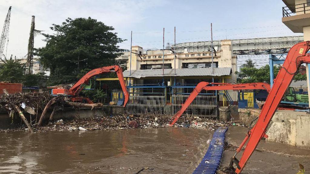 Pintu Air Manggarai Siaga 3, Ekskavator Dikerahkan Angkat Sampah dari Sungai