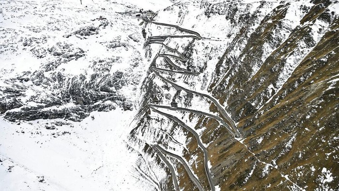 Balap sepeda terbesar kedua di dunia, Giro d'Italia, kembali berlaga. Jalur pegunungan bersalju pun harus ditempuh para peserta.