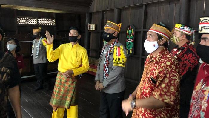 Kapolda Kalteng Irjen Dedi Prasetyo meresmikan renovasi Rumah Betang di lokasinl wisata budaya Suku Dayak