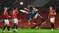 Leher Dililit Tangan Maguire, Azpilicueta: Harusnya Penalti