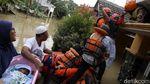 Momen Basarnas Evakuasi Bayi di Tengah Banjir Jatirasa