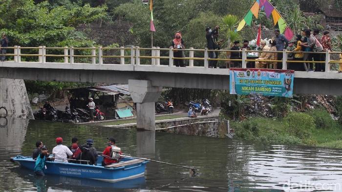 Sebanyak tiga pasang pengantin melangsungkan akad nikah bersamaan di Bendung Lepen, Sungai Gajah Wong, Yogyakarta, Minggu (25/10).