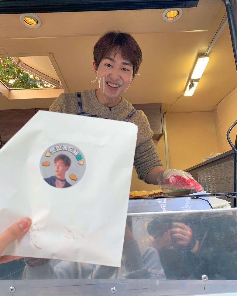 Onew SHINee Traktir Makanan Staf SM Entertainment