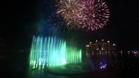 The Palm Fountain dibangun di atas area seluas 1.335 meter persegi. Lokasi ini berada di tengah distrik perbelanjaan dan pusat makanan The Pointe di Palm Jumeirah, sebuah pulau hasil reklamasi yang bentuknya seperti pohon palem.