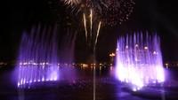 Kembang api meledak di atas The Palm Fountain di Dubai, Uni Emirat Arab, Kamis (22/10/2020) waktu setempat.