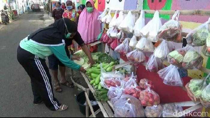 Sebuah kampung di Kota Probolinggo menyediakan sayur mayur dan lauk pauk gratis untuk warga yang membutuhkan. Ini merupakan bentuk saling menguatkan di tengah pendemi COVID-19.