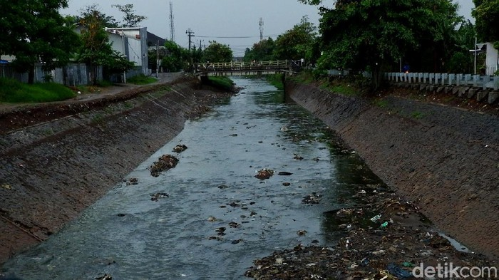 Kondisi sungai Cipamokolan yang berada di Jalan Babakan Wardana, Kota Bandung, rutin berwarna hitam saat hujan deras.