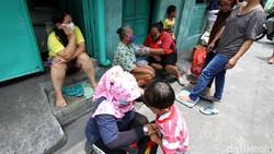 Kegiatan pemantauan kesehatan lansia dilakukan oleh para relawan di Kampung Joyosuran, Solo, Jawa Tengah.