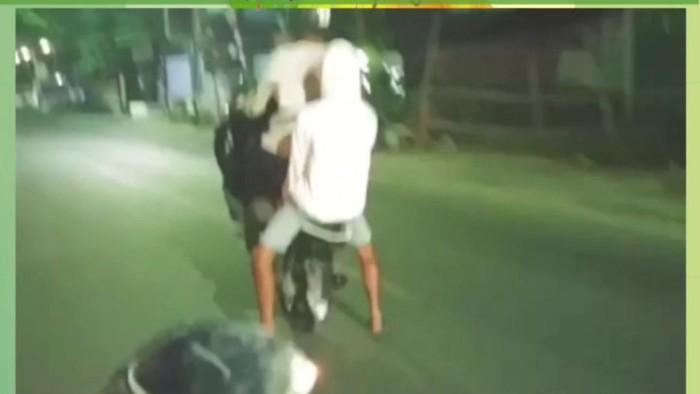 Video pengendara atraksi angkat ban depan motor di Sulsel viral di media sosial.