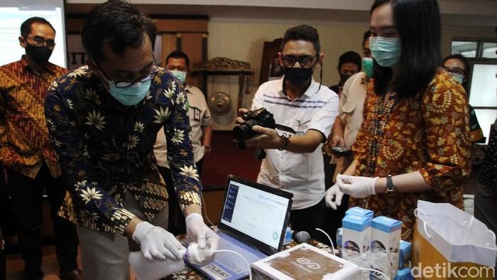 Alat deteksi corona lewat embusan napas yang dikembangkan Universitas Gadjah Mada (UGM) yaitu GeNose terus berprogres. Saat ini teknologi pengendus COVID-19 telah memasuki tahap uji diagnostik.