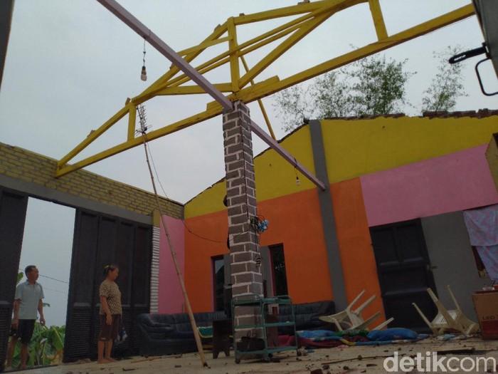 Hujan disertai angin kencang menerjang Desa Sampangagung, Kecamatan Kutorejo, Kabupaten Mojokerto. Ada 15 rumah warga rusak berat, 25 rusak ringan serta sejumlah fasilitas umum.