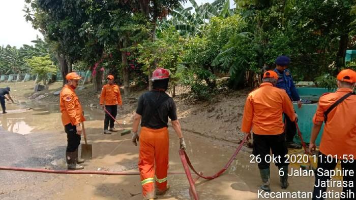 Banjir Bekasi Surut, Warga Bersihkan Lumpur di Teluk Pucung-Villa Jatirasa