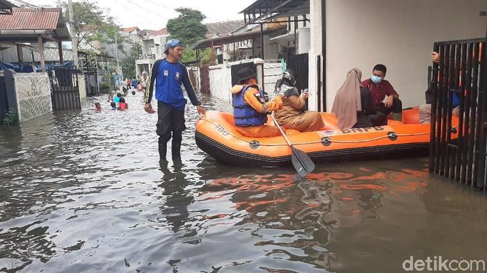 Banjir di Perumahan Griya Cimanggu Indah, Kota Bogor hingga kini belum surut. Banjir yang menggenangi rumah warga sejak Sabtu (24/10/2020) malam itu nampak makin meluas.