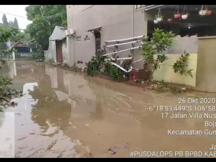 Banjir Villa Nusa Indah Bogor Surut, Warga Masih Bersihkan Sisa Lumpur