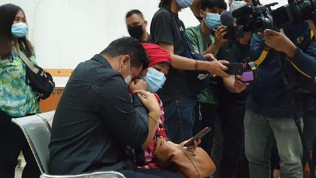 Bibi Ardiansyah menangis saat mendengar Vanessa membacakan pledoi, di PN Jakbar, Senin (26/10/2020).