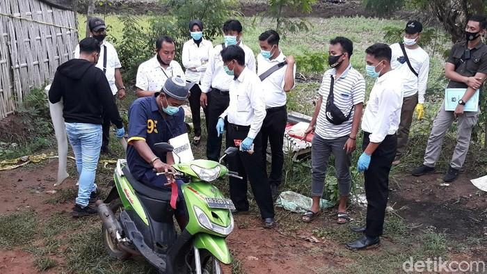 Polisi menggelar prarekonstruksi tahap pertama kasus pembunuhan Yulia (42) yang mayatnya ditemukan terbakar dalam mobil di Kabupaten Sukoharjo.