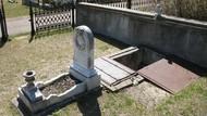 Viral Kisah Tangga di Kuburan, Buatan Ibu untuk Temani Jenazah Anak