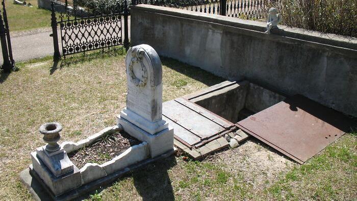 Ada yang berbeda di pemakaman Natchez City Cemetery, Mississippi. Terdapat sebuah kuburan dengan tangga menuju ke bawah tanah yang ternyata sengaja dibuat.