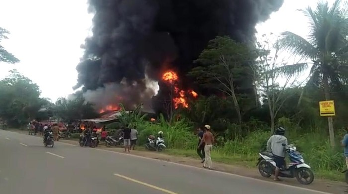 Kebakaran gudang minyak di Jambi (Ferdi-detikcom)