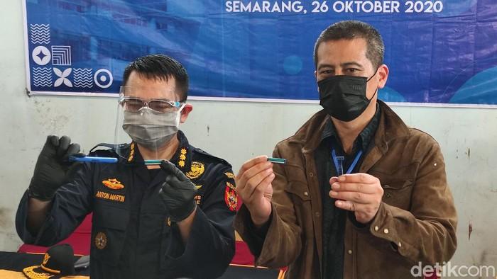 Kepala KPP Bea dan Cukai Tipe Madya Pabean Tanjung Emas, Anton Martin dan Nararya Soeprapto selaku Direktur PT P&G Home Products Indonesia menunjukkan pisau cukur yang diduga tiruan. Foto diambil Senin (26/10/2020).