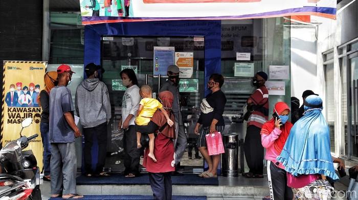 Pemerintah kembali menyiapkan bantuan presiden (banpres) produktif untuk UMKM tahap II. Para pelaku UKMK pun mulai mendaftar di bank penyalur seperti BRI.