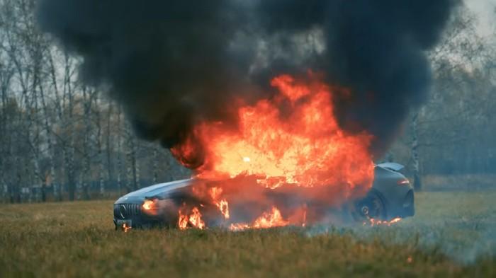 Sebuah Mercedes-Benz dibakar demi sebuah konten video.