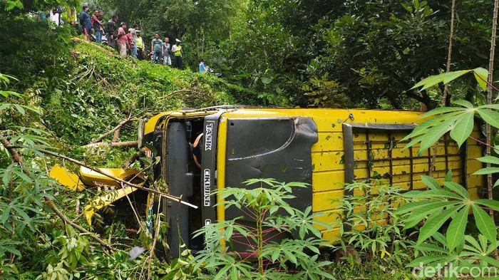 Sebuah mobil Elf nopol E 7546 K jurusan Ciamis-Cirebon terjun ke jurang sedalam 10 meter di Tanjakan Alinayin, Kecamatan Baregbeg, Ciamis, Jawa Barat Senin (26/10/2020). Seorang penumpang meninggal dunia karena terhimpit badan elf.