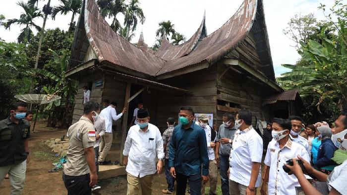 Pertemuan Calon Gubernur dari Partai Gerindra Nasrul Abit dengan warga Nagari Padang Air Dingin, Kecamatan Sangir Jujuhan, Kabupaten Solok Selatan, Senin 26 Oktober 2020.