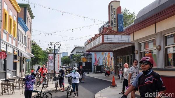 Broadway terkenal dengan pertunjukan teater Broadway, kafe, butik dan hunian berkelas dunia.