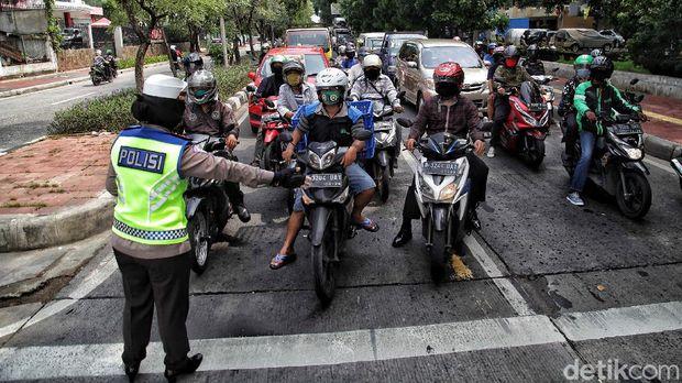 Petugas kepolisian melakukan Operasi Zebra 2020 di kawasan Sunter, Jakarta Utara, Senin (26/10).